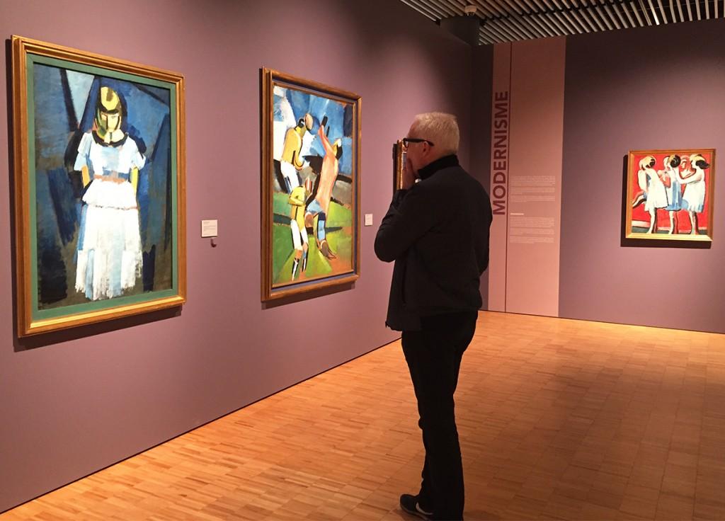 Jesper Binger fra Superlove ser på Harald Giersings malerier på Aros.