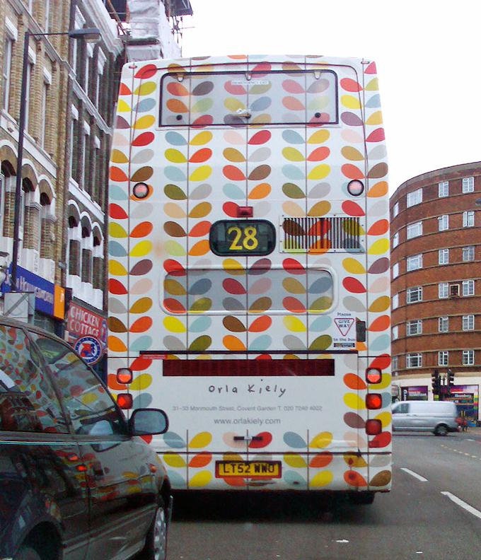 Orla Kiely print på en bus