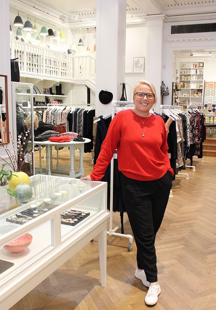 Maria ses på billedet i sine nye yndlingsbukser fra And Less i blød viscose sat sammen med rød strik fra Mads Nørgaard (samme style som den grå).