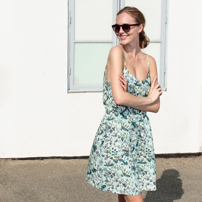 4ebe3b21b64 Jeg har et tidligt minde, hvor jeg som lille pige står i stuen i en ny (for  mig) kjole, jeg havde arvet af min kusine. Den var sort med småblomstret  print.
