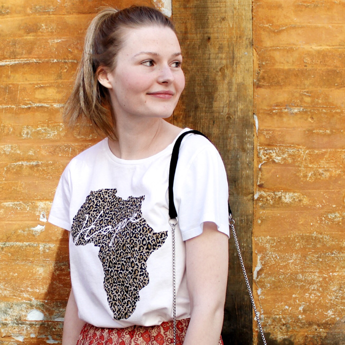 Charitee T-shirt designet af Modström for DINNødhjælp